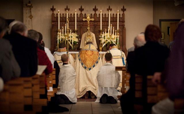 Santa Missa - Bendição Genuflexão