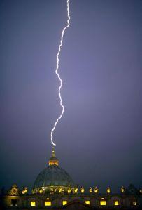 Horas após a resignação do Papa, um relâmpago atinge a mais sagrada das Igrejas Católicas