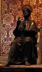 Escultura retratando S. Pedro sentado no Trono Petrino