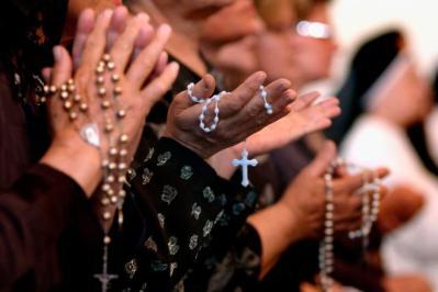 Resultado de imagem para pio 5o rezando terço